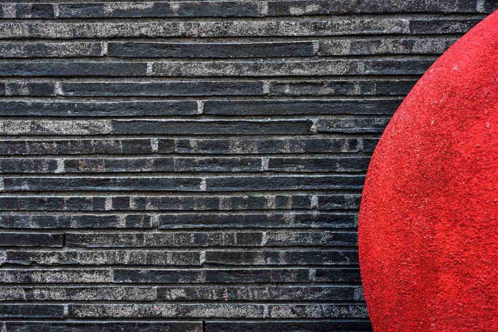mittlere Blende - roter Platz und Steinfassade